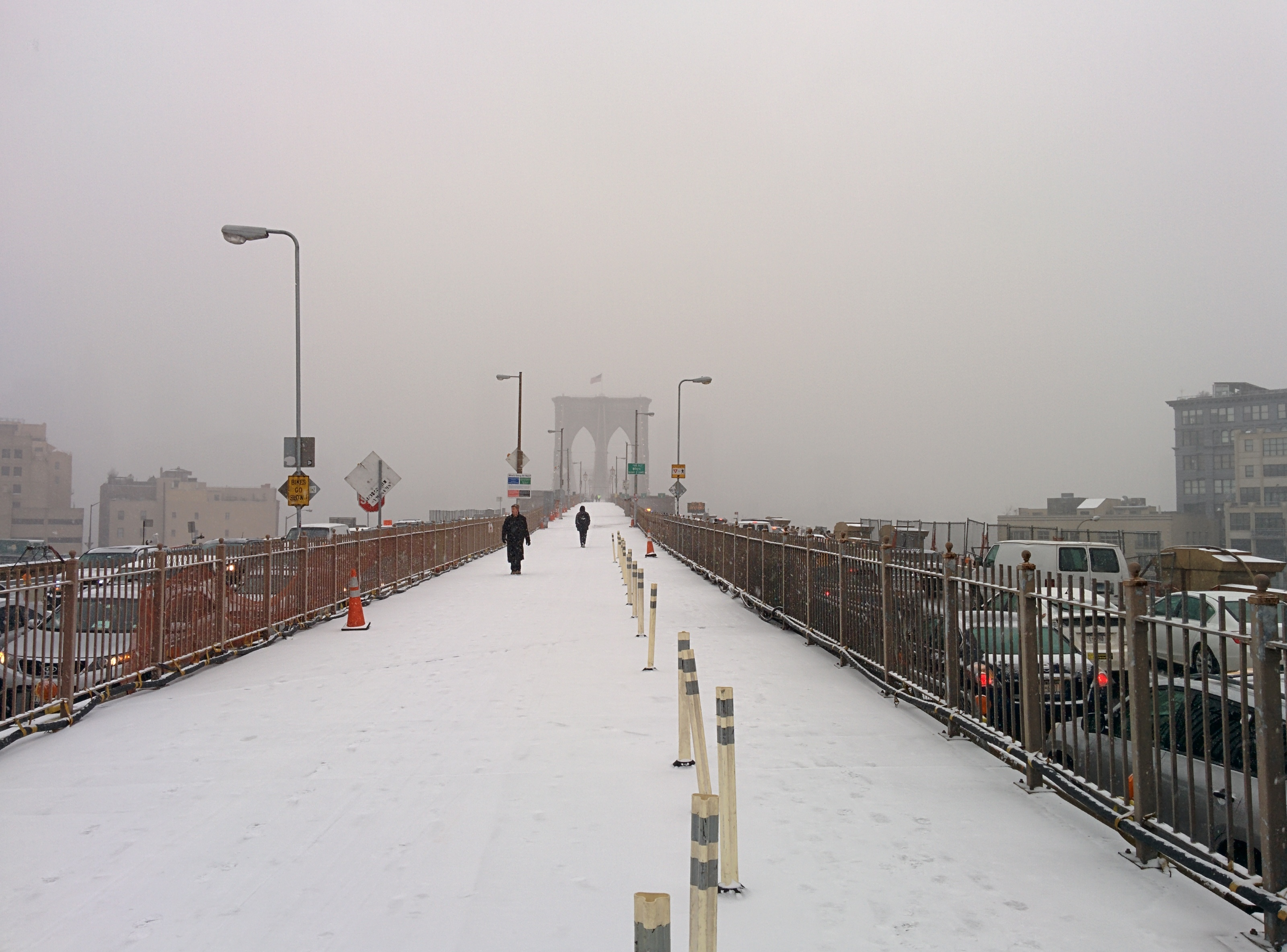 Brooklyn_Bridge_pedestrian_walkway_during_snow_storm_January_2014