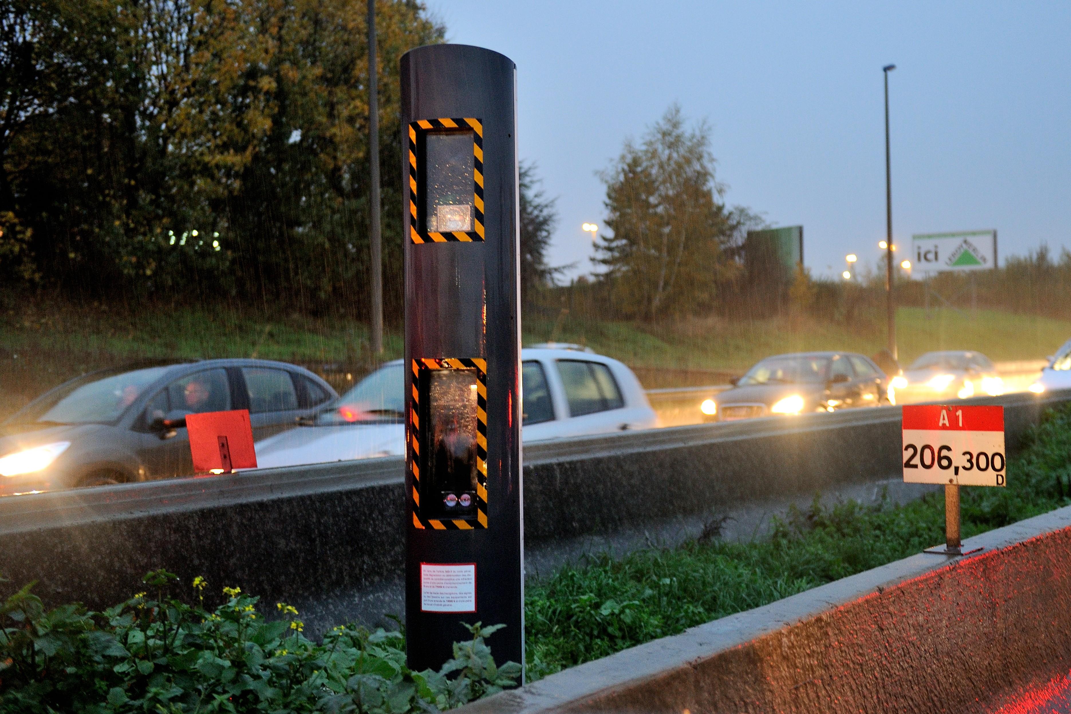 7777381840_des-vehicules-sur-l-autoroute-a1-illustration